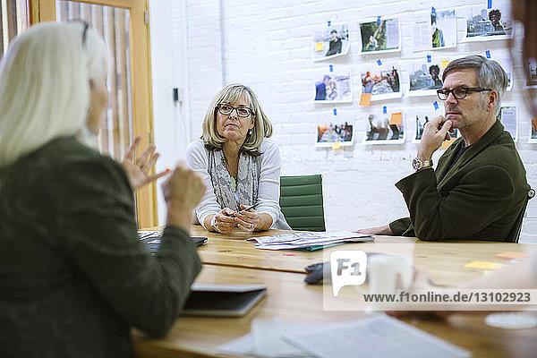 Brainstorming von Geschäftsleuten bei Besprechung im Sitzungssaal