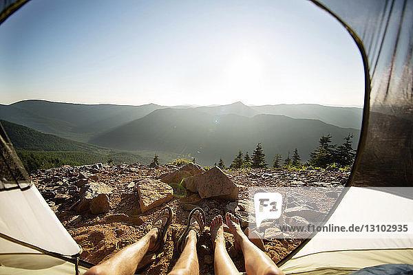 Niedriger Teil des Paares entspannt sich im Zelt