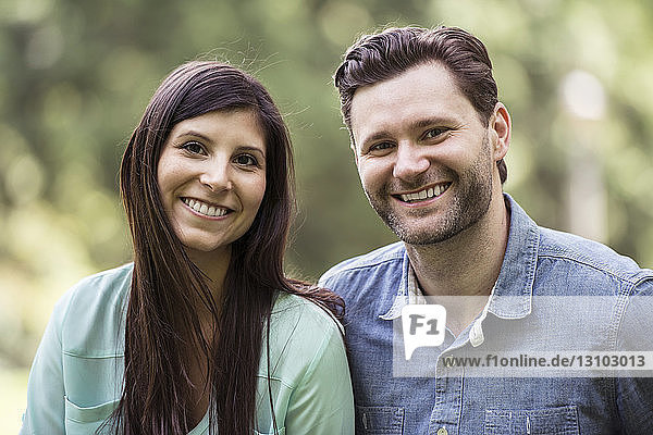 Nahaufnahme eines glücklichen Paares im Park