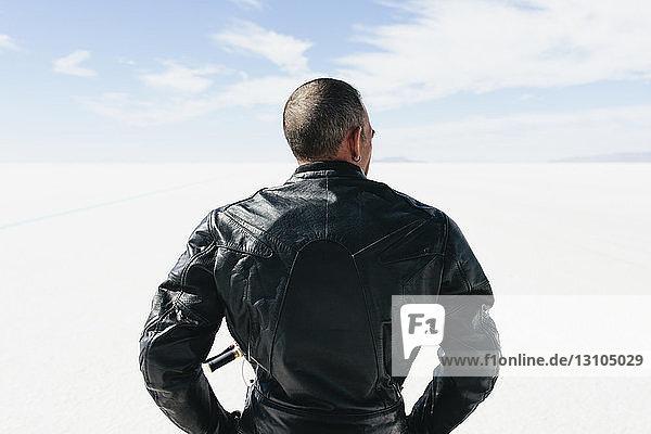 Blick von hinten auf den Motorradfahrer an der Startlinie auf den Salt Flats