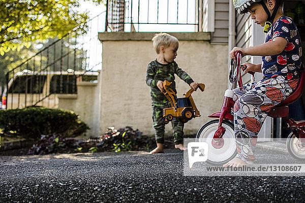 Brüder spielen im Hinterhof