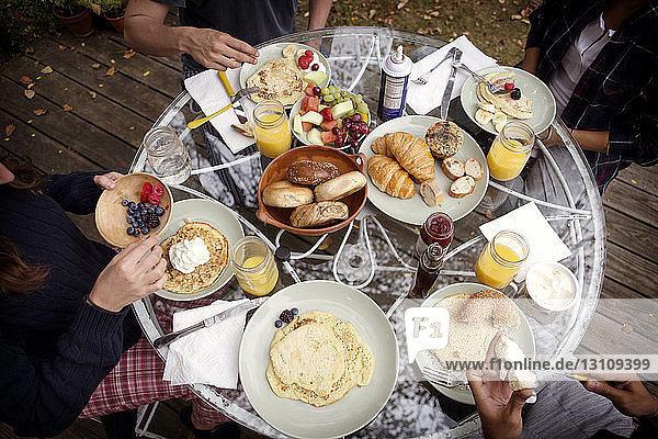 Hochwinkelansicht von Freunden am Frühstückstisch