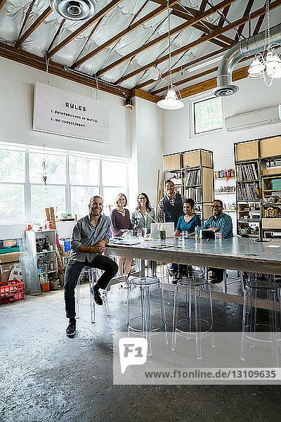 Porträt von Geschäftsleuten am Konferenztisch