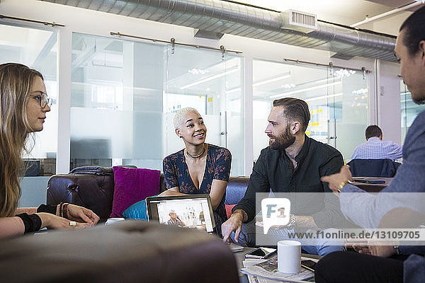 Mitarbeiter  die planen  während sie im Büro sitzen