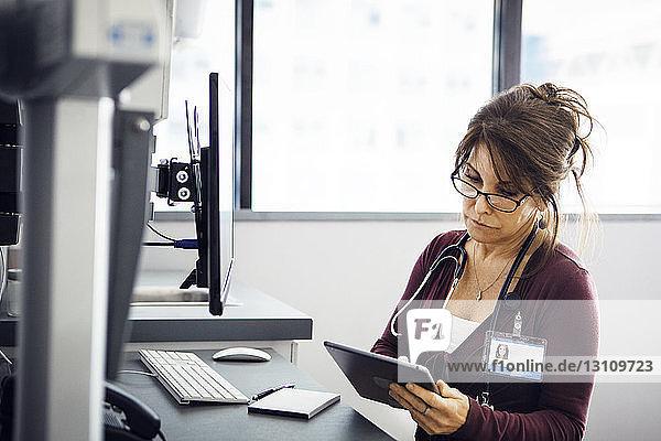 Ärztin mit Tablet-Computer in der Klinik