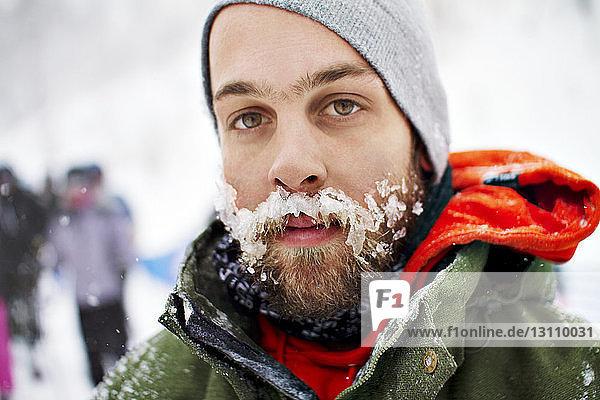 Porträt eines Mannes mit Schnee auf Schnurrbart