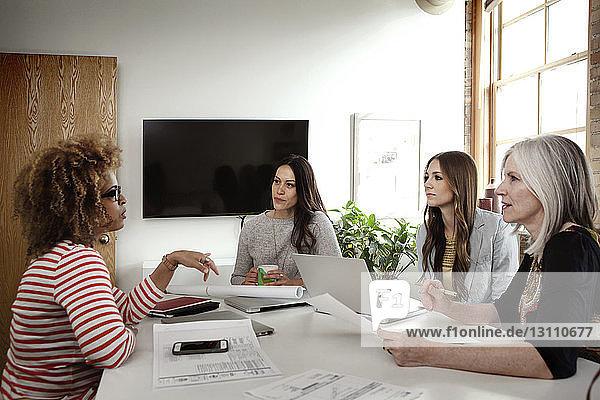 Multi-ethnische Geschäftsfrauen diskutieren im Sitzungssaal