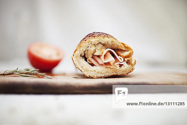 Sandwich auf Schneidebrett am Tisch