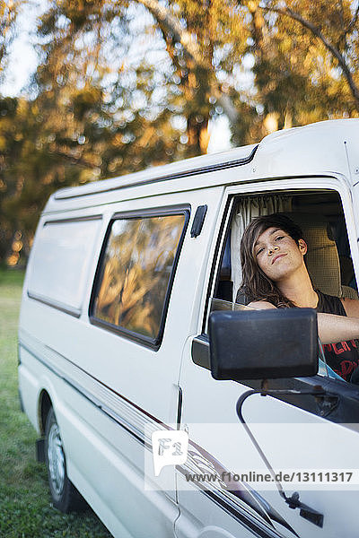 Porträt einer jungen Frau im Lieferwagen sitzend