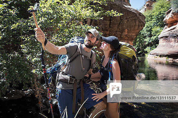 Glückliches Paar klickt am sonnigen Tag auf Selfie