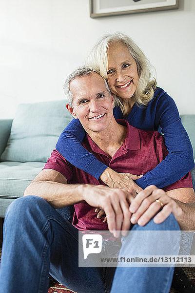 Porträt eines selbstbewusst lächelnden Paares zu Hause