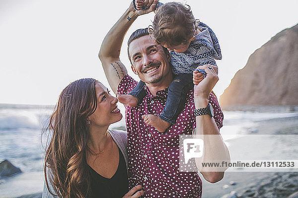 Glückliche Familie genießt am Strand
