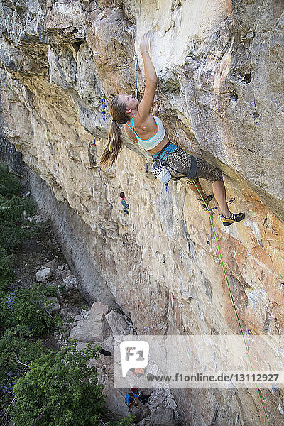 Hochwinkelaufnahme einer Wanderin beim Bergsteigen