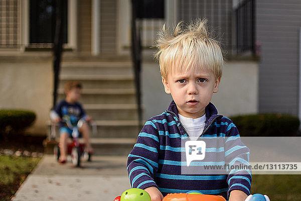 Bildnis eines Jungen mit Bruder im Hinterhof