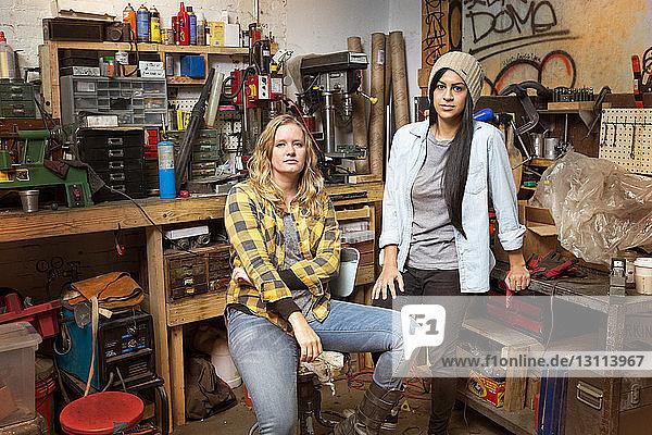 Porträt von Besitzerinnen in einer Autowerkstatt