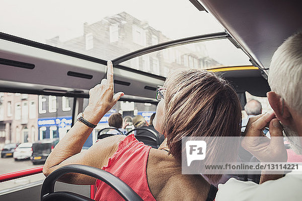 Rückansicht eines reifen Paares im Bus sitzend