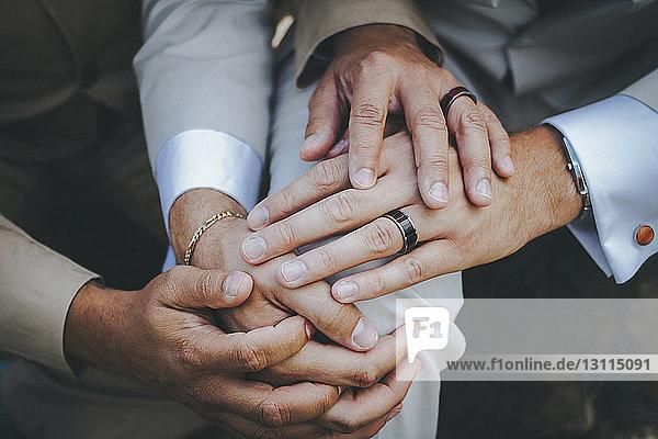 Abgehackte Hände eines homosexuellen Paares