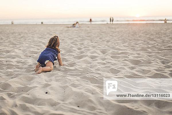 mädchen am strand neoprenanzug