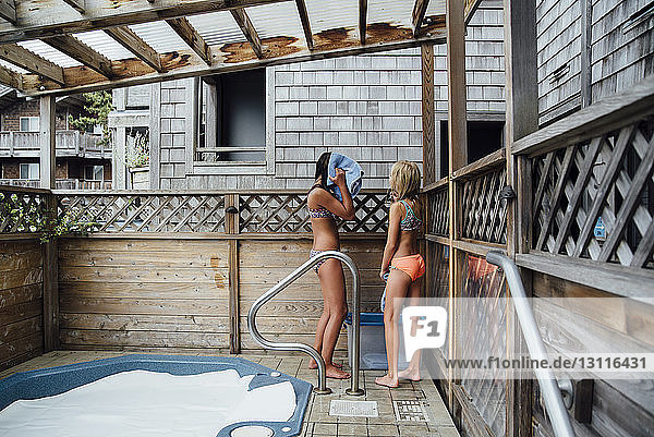 Mädchen stehen am Whirlpool am Touristenort