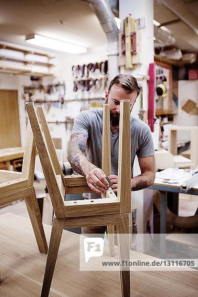 Tischler-Polierhocker in der Werkstatt Tischler-Polierhocker in der Werkstatt
