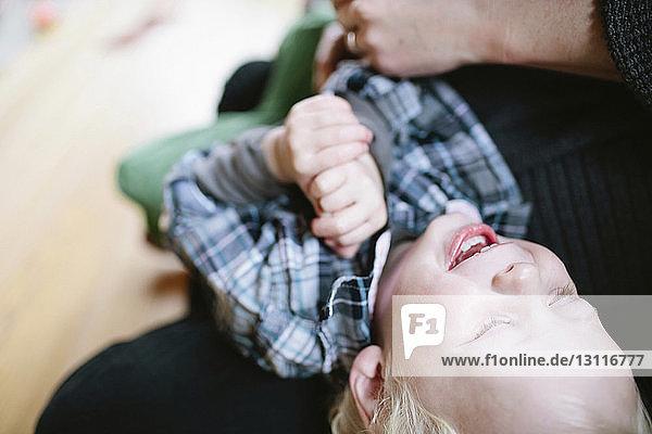 Mitschnitt von glücklicher Mutter und Sohn zu Hause