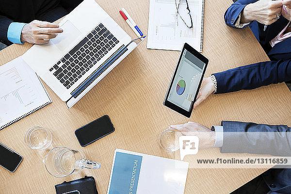 Draufsicht auf die Geschäftsleute am Schreibtisch im Büro