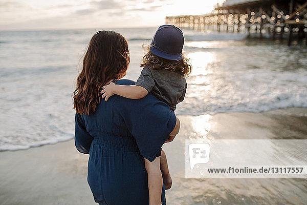 Mutter und Sohn beim Blick auf das Ufer