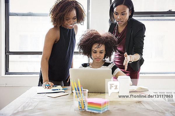 Geschäftsfrauen mit Laptop im Kreativbüro