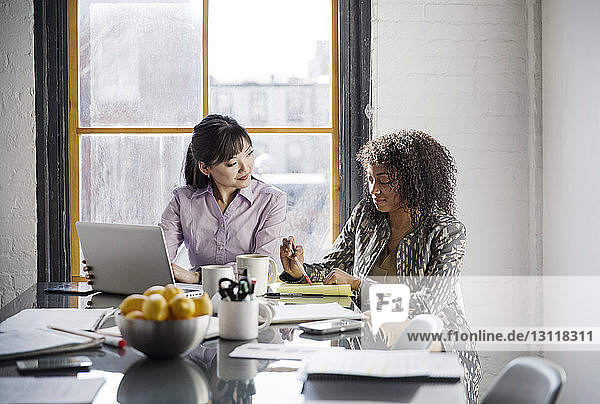 Geschäftsfrauen diskutieren am Tisch im Kreativbüro