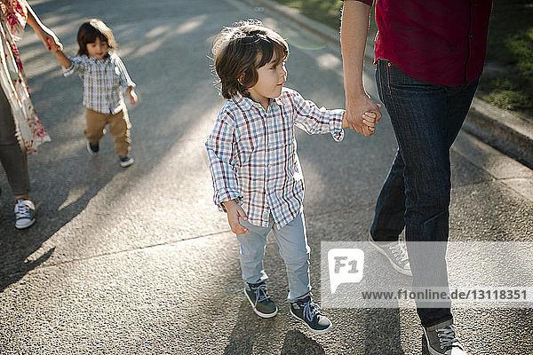 Niedriger Anteil von Eltern  die mit ihren Söhnen auf der Straße gehen