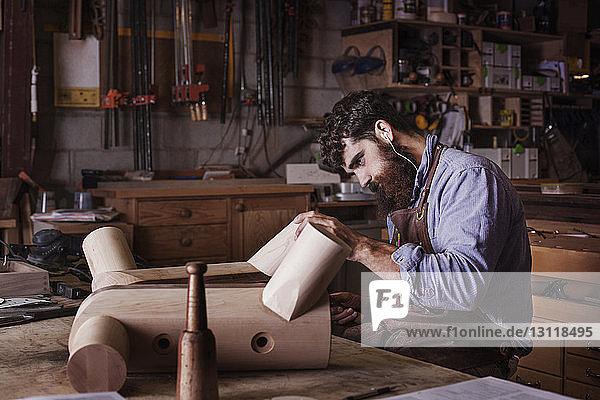 Schreiner bei der Herstellung von Holzmöbeln in der Werkstatt Schreiner bei der Herstellung von Holzmöbeln in der Werkstatt