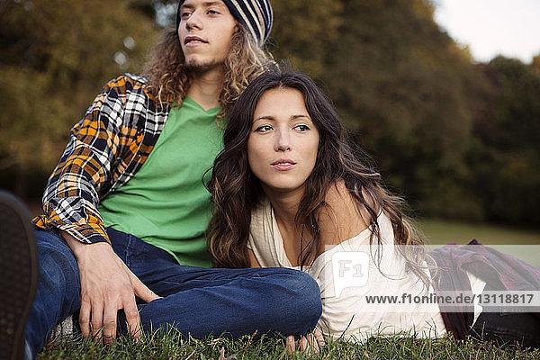 Mann und Frau entspannen sich auf einem Grasfeld