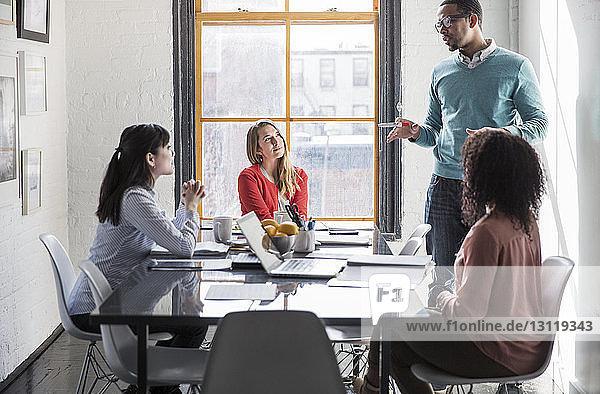 Geschäftsleute diskutieren bei Treffen im Kreativbüro