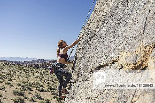Seitenansicht einer Wanderin beim Bergsteigen