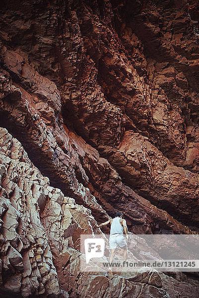 Rückansicht eines Bergsteigers