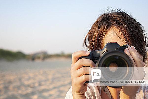 Nahaufnahme einer Frau  die eine Kamera hält