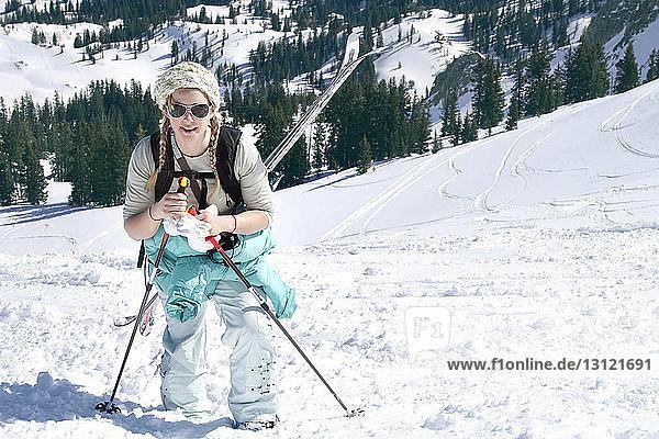 Frau wandert auf schneebedecktem Berg