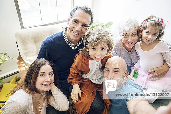 Porträt einer lächelnden Familie zu Hause