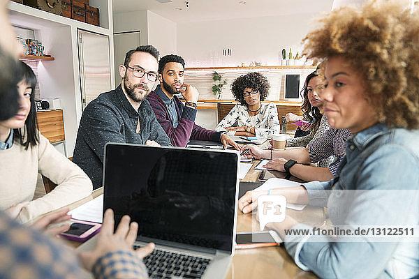 Geschäftsleute beim Brainstorming am Tisch im Büro