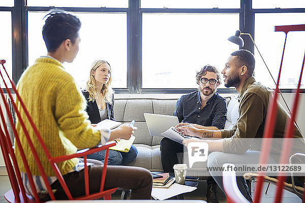 Unternehmer  die planen  während sie im Büro am Fenster sitzen