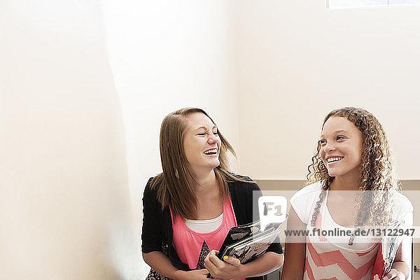 Fröhliche Teenager im College-Korridor