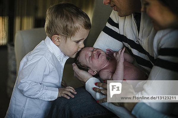 Familie mit neugeborenem Jungen zu Hause