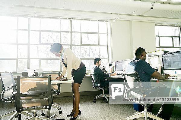 Geschäftsfrau zeigt Kollegin Dokument