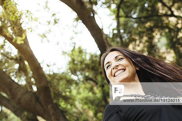Nahaufnahme einer fröhlichen Frau im Wald