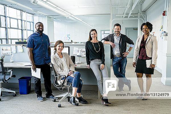 Porträt von selbstbewusst lächelnden Geschäftsleuten im Amt