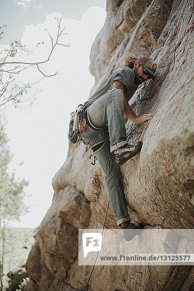 Tiefblick auf den Menschen beim Bergsteigen