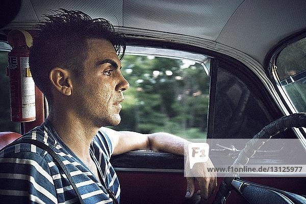 Nahaufnahme eines Autofahrers