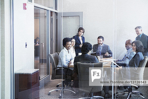 Glückliche Geschäftsleute bei Treffen im Amt