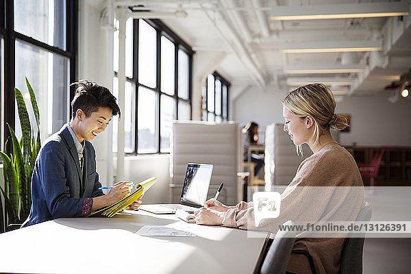 Geschäftsfrauen arbeiten am Schreibtisch im Büro