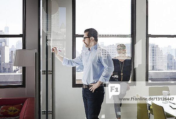 Kreative Geschäftsleute  die im Sitzungssaal arbeiten